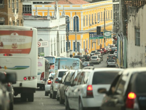 Semáforos apagados provocam congestionamento na região central de Maceió. (Foto: Jonathan Lins/G1)