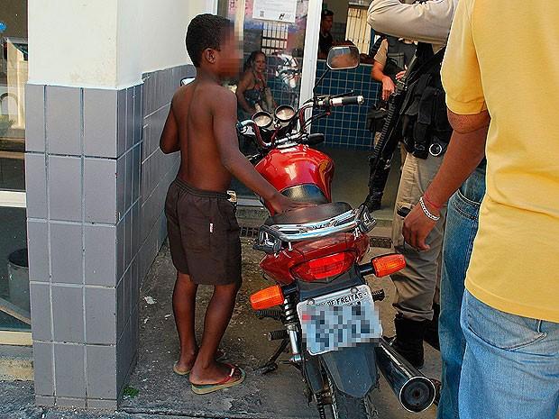 Garoto de 12 anos pilotou moto por 80 km na Bahia (Foto: Jhone/ Itamaraju Notícias)