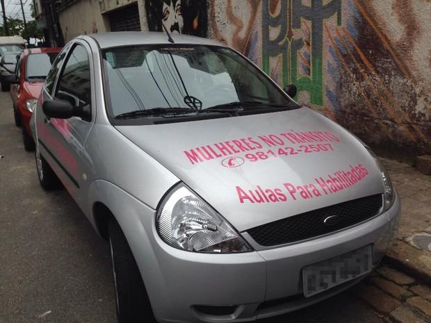 Com próprio carro Mirian da aula para mulheres habilitadas em Santos (Foto: Rafaella Mendes/G1)