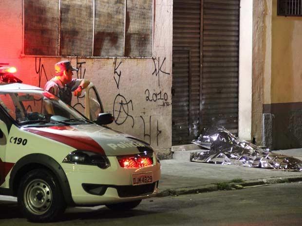 Dois adolescentes morrem após serem atingidos por tiros no bairro do Pari, no Centro de São Paulo, SP, na madrugada deste sábado (16). Segundo testemunhas, um homem em uma moto passou atirando contra as vítimas que estavam sentadas na calçada da Rua Belis (Foto: Nivaldo Lima/Futura Press/Estadão Conteúdo)