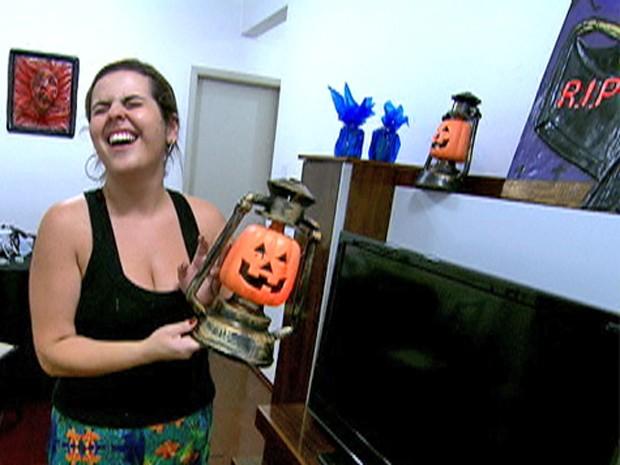 Fernanda monta a decoração de sua casa com abóboras e espuma (Foto: Mais Você / TV Globo)