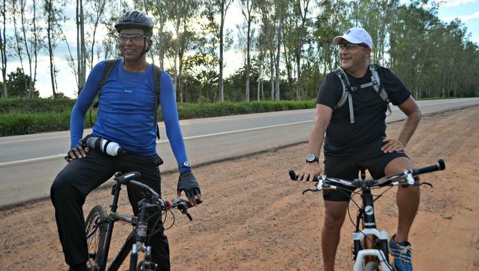 Ciclismo ajudou os irmãos Edvaldo (de azul) e Elias a melhorarem a qualidade de vida (Foto: Samira Lima)