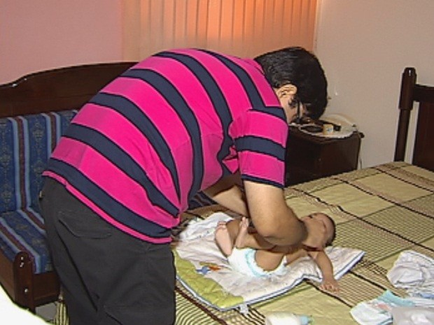 Luciano tem guarda provisório de um bebê de quatro meses (Foto: Reprodução/TV TEM)