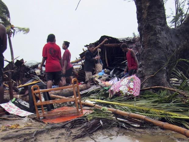 Moradores observam a destruição em Port Vila,  capital da ilha de Vanuatu, após a passagem de 7um ciclone neste sábado (14) (Foto: REUTERS/UNICEF Pacific/Handout via Reuters)