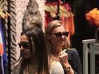 Marta, jogadora de futebol, passeia com amiga em shopping do Rio
