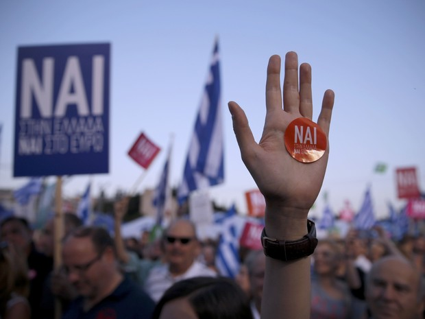 """Gregos protestam pelo """"sim"""" em manifestação nas ruas de Atenas, na sexta-feira (3) (Foto: Reuters/Marko Djurica)"""