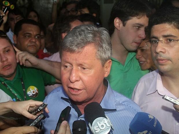 No TSE, Artur Neto fala com jornalistas após o anúncio da vitória (Foto: Frank Cunha/G1 AM)