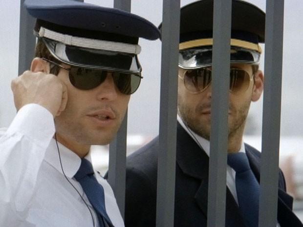 Cassiano e Amadeu assumem o lugar dos pilotos (Foto: Flor do Caribe / TV Globo)