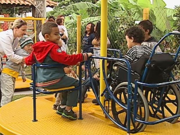 Parque é adaptado para crianças com deficiências físicas  (Foto: Reprodução / TV TEM)