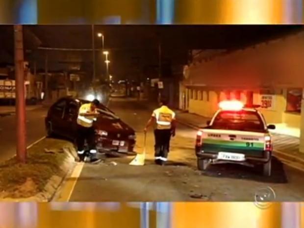 Serragem foi jogada no asfalto para cobrir o combustível que vazou do veículo (Foto: Reprodução / TV Tem)