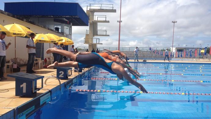 Atletas pulam na piscina para a 3ª Copa Roraima de Natação (Foto: Ivonísio Júnior)