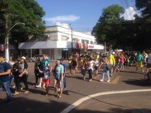 Manifestantes caminham pelas principais vias do Centro de Macapá (Foto: Abinoan Santiago/G1)