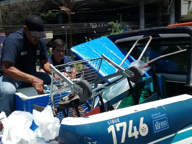 Fiscais da Seop apreendem mercadorias com ambulantes   (Foto: Divulgação/Seop)