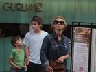 Carolina Dieckmann passeia com os filhos com visual despojado