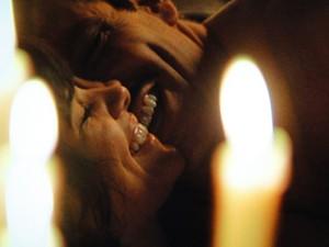 Velas iluminam a noite de amor dos pombinhos (Foto: Gabriela / TV Globo)