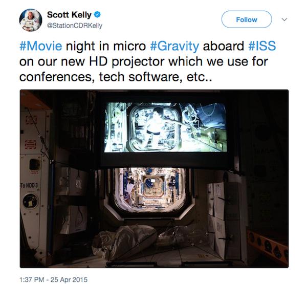 Um astronauta da Estação Espacial Internacional assistindo ao filme Gravidade (2013) (Foto: Twitter)