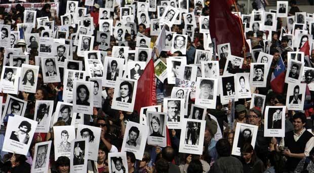 Ativistas da organização chilena de Direitos Humanos participam de uma manifestação em Santiago em memória do falecido presidente Salvador Allende no dia 8 de setembro (Foto: Sebastian Silva/ AFP)