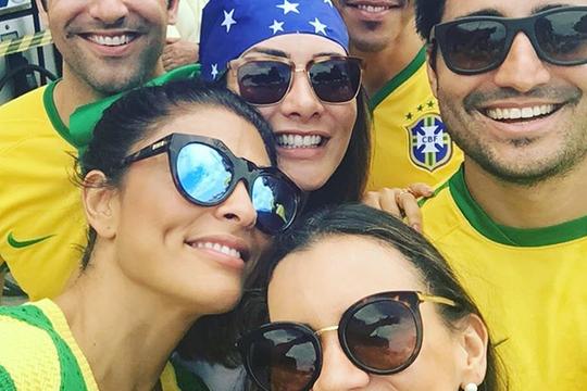 """Juliana Paes e amigos no protesto. """"Nós viemos"""", postou a atriz (Foto: Reprodução Instagram)"""
