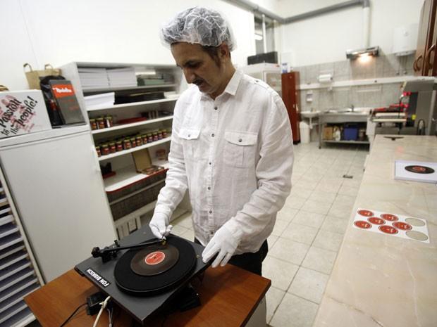 """O disco de chocolate toca uma música croata que se chama """"O kakva luna"""" (Foto: Reuters)"""