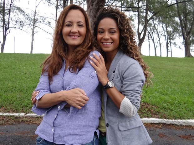 Prontas: Cláudia, sem faixa, e Cinara (Foto: Flor do Caribe/TV Globo)