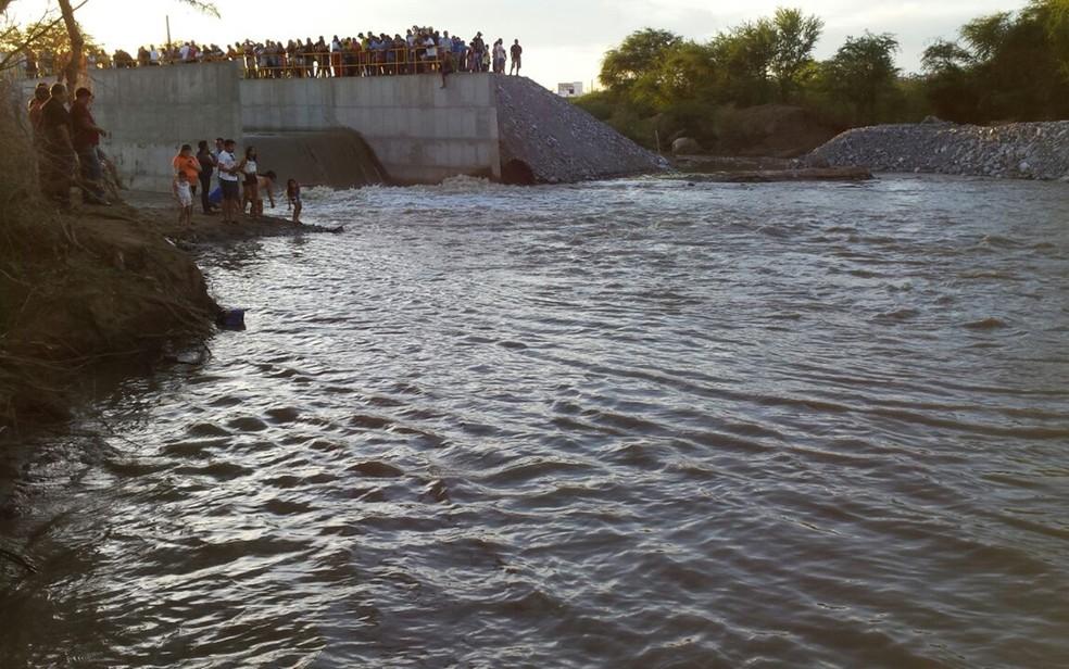 Águas do Rio São Francisco chegam ao leito do Rio Paraíba, em Monteiro (Foto: Artur Lira/G1/Arquico)