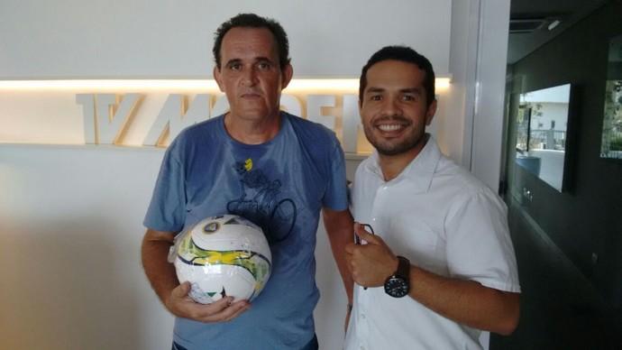 Solon Magno Baptista ganha bola oficial (Foto: Reprodução/TV Morena)