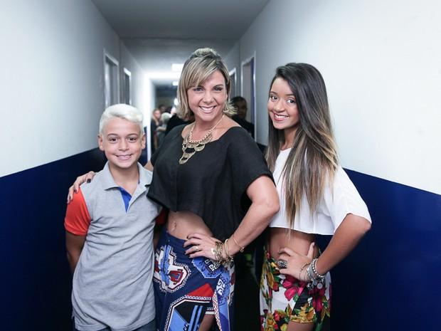 Carla Perez com os filhos, Camilly Victoria e Victor Alexandre, em show em Salvador, na Bahia (Foto: Raphael Castello/ Ag. News)