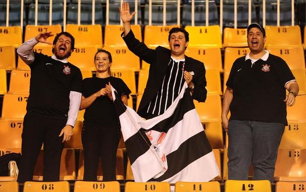 Torcida do Corinthians contra o Millonarios (Foto: Marcos Ribolli)