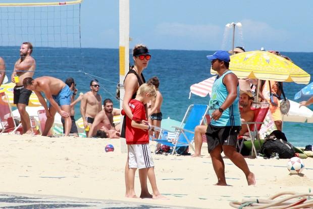 Fernanda Lima com familia na Praia (Foto: Delson Silva dos Santos / AgNews)
