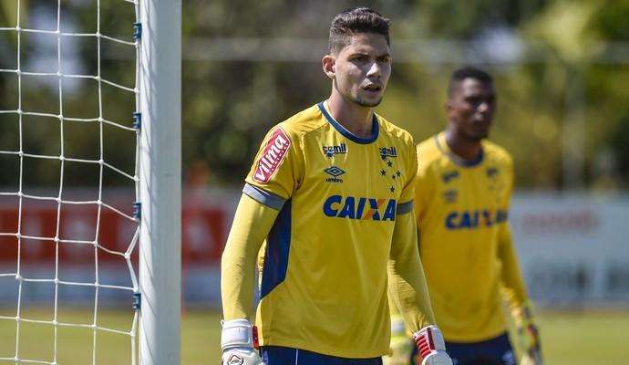Lucas França em treino do Cruzeiro (Foto: Pedro Vilela/Light Press)
