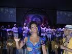 Juliana Alves usa shortinho para não mostrar demais em noite de samba