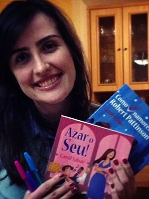 Carol Sabar e o livro Azar o seu! (Foto: Carol Sabar / Arquivo Pessoal)