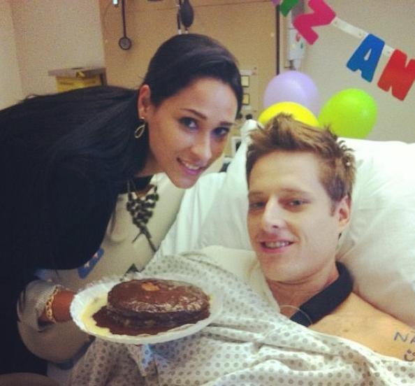 Jaqueline comemora o aniversário de Murilo no hospital após cirurgia do  marido (Foto  Reprodução d1d4bedba2a35