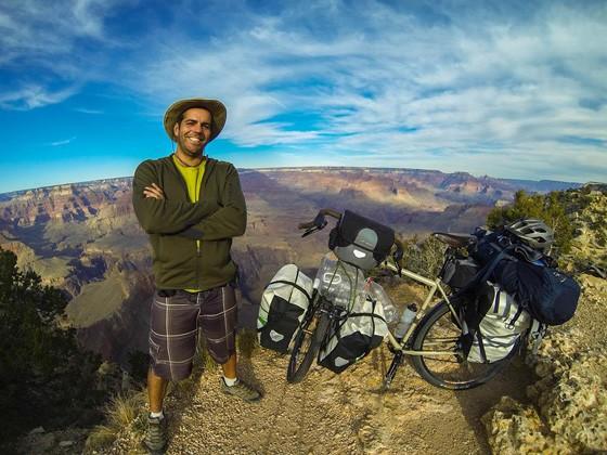 André Fatini no Parque Nacional do Grand Canyon, nos Estados Unidos. Até agora, ele pedalou cerca de 15 mil km durante a viagem (Foto: Acervo Pessoal)