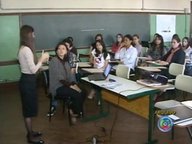 A aluna diante da professora e colegas de curso durante apresenta&#231;&#227;o do TCC. (Foto: Reprodu&#231;&#227;o/TV Tem)