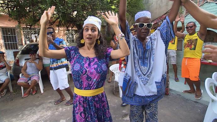 Maria Menezes conhece uma galera que celebra toda segunda-feira (Foto: TV Bahia)