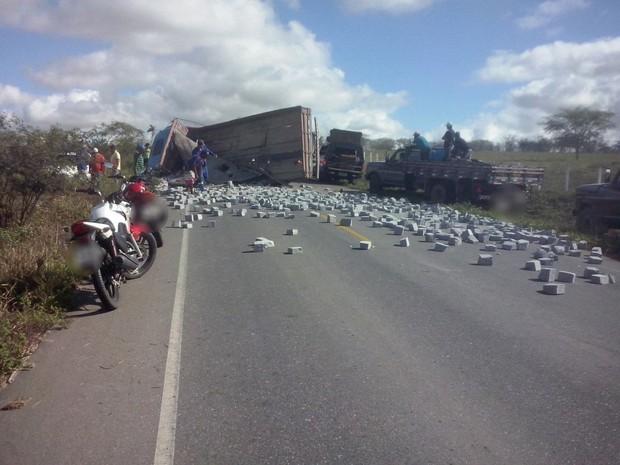 Caminhão estava carregado com pedras e tombou na rodovia (Foto: Divulgação/Polícia Civil)