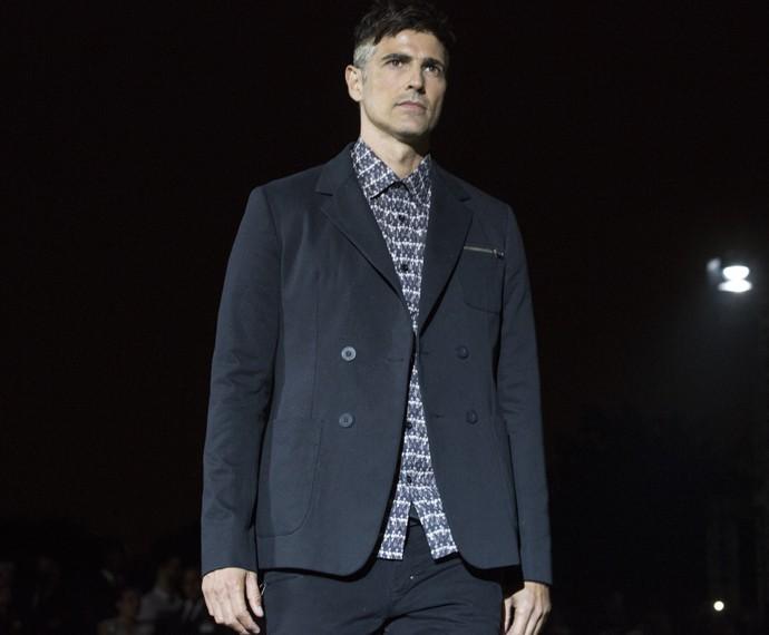 Para os homens, a proposta é desconstruir e atualizar o look formal, com tecidos casuais como a sarja na alfaiataria  (Foto: Felipe Monteiro / Gshow)