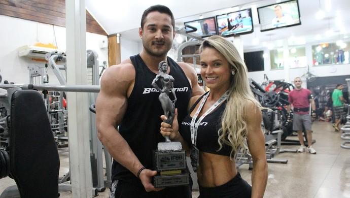 Patrícia Camargo, fisiculturista, e o esposo (Foto: Lívia Costa)