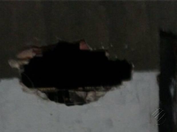 Presos fizeram um buraco na parede para ir à área externa do presídio. (Foto: Reprodução / TV Liberal)