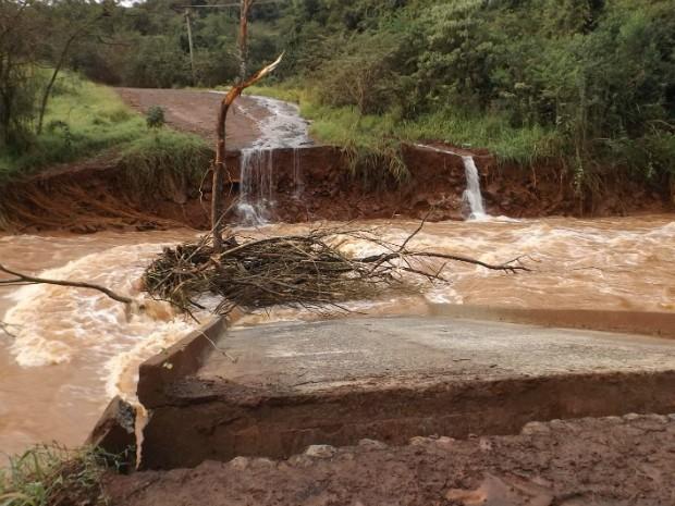 Comunidades vizinhas à Linha Estrela, em Quedas do Iguaçu, ficaram isoladas com a cheia do córrego Mato Queimado (Foto: Clederson de Lara / Portal Quedas)