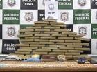 Suspeito de tráfico abre porta e mostra esconderijo de drogas a policiais; veja