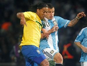 Ronaldinho e Hector Canteros no jogo do Brasil contra a Argentina (Foto: Reuters)