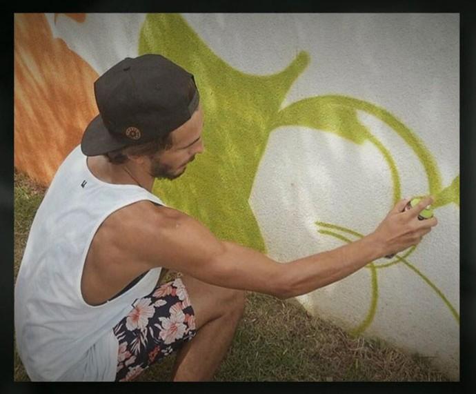 Brenno grafitando o muro da namorada, Giulia Costa (Foto: TV Globo)