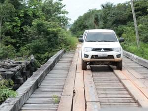 Rodovia possui pontes por vezes vezes improvisados e outras em boas condições de passagem (Foto: Taísa Arruda/G1)