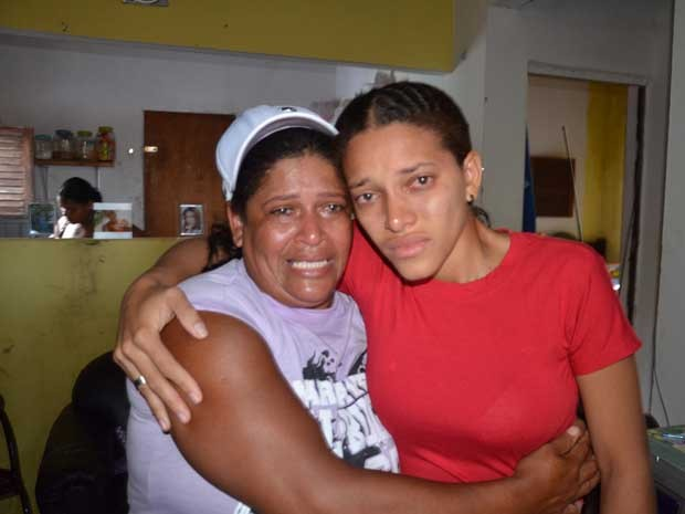 Emocionadas, mãe e filha se reencontram após polícia ter descoberto que sequestro era falso (Foto: Walter Paparazzo/G1)