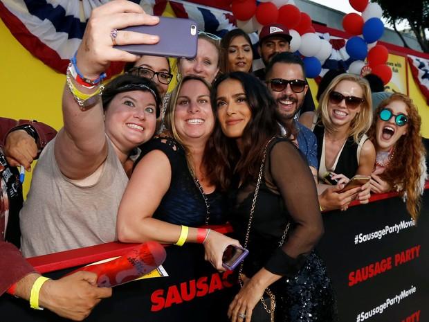 Salma Hayek com fãs em première de filme em Los Angeles, nos Estados Unidos (Foto: Mario Anzuoni/ Reuters)