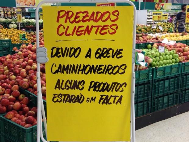 Supermercados colocam avisos informando sobre possível falta de produtos (Foto: Lucas Pullin/RPC)