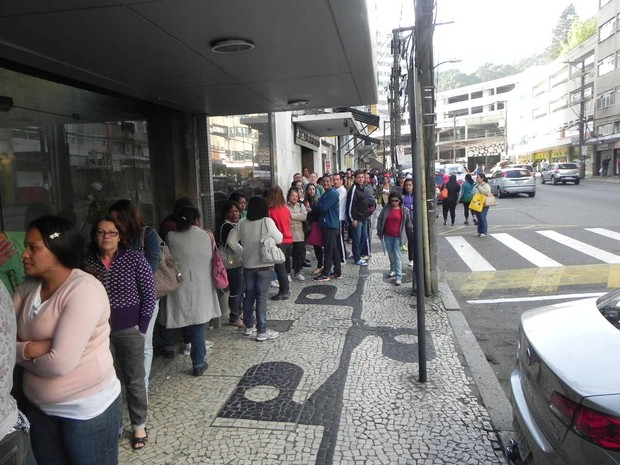Fila aluguel social petropolis (Foto: Andressa Canejo/G1)