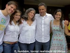 Aecio aparece com a família de Campos em horário eleitoral